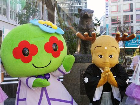 ハチ公像前で記念撮影をした(左から)渋谷区のPRキャラ「あいりっすん」と奈良のマスコット「せんとくん」