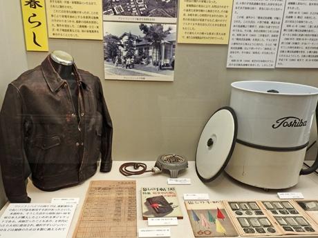 「進駐軍払い下げの革ジャン」「ジュラルミン製の電熱器」など展示の様子