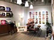 原宿の「LINE」キャラグッズ店改装 「ブラウン」の部屋、プリントシール機新設