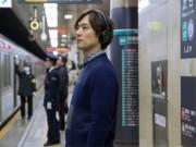 渋谷駅構内でサウンドインスタレーション ヘッドホンで働く人の声を聞く