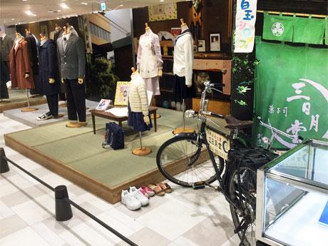 映画コーナーでは撮影で使った衣装や小道具などを展示する(写真は大阪で開催時の様子)