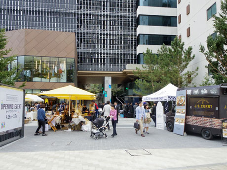 デザイナーズマーケットやフードカートなどが出店するキャットストリートに面した広場