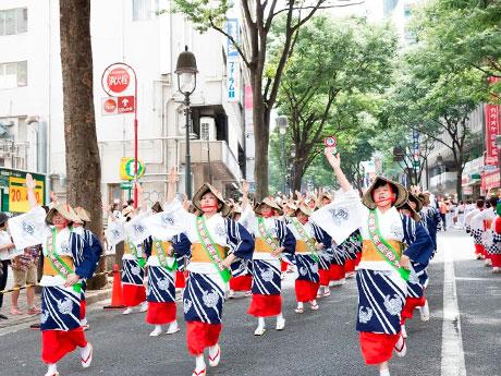 道玄坂などを踊り手たちが練り歩く(写真は昨年開催時の様子)