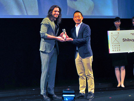 「サミラ」出演者デヤン・ブキンさんにトロフィーなどを進呈した長谷部健渋谷区長(右)