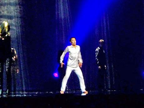 高橋大輔さんが真っ白な衣装で踊るプロローグ「GLORY」より