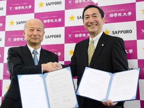 (左から)国学院大学坂口吉一理事長とサッポロホールディングス尾賀真城社長