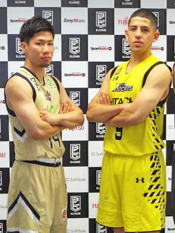 開幕で戦う(右から)サンロッカーズ渋谷・ベンドラメ礼生選手と琉球ゴールデンキングス・岸本隆一選手