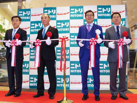 オープン前にテープカットを行った似鳥昭雄会長兼CEO(中央右)や志太勤一会長兼社長(同左)ら