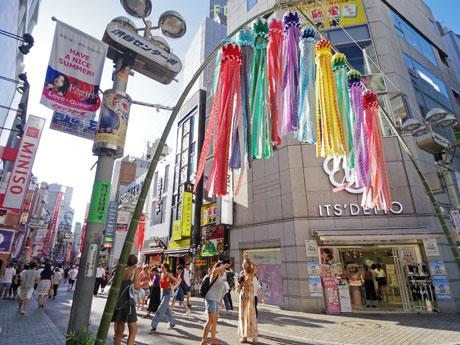バスケ通りに装飾している仙台のくす玉や吹き流し