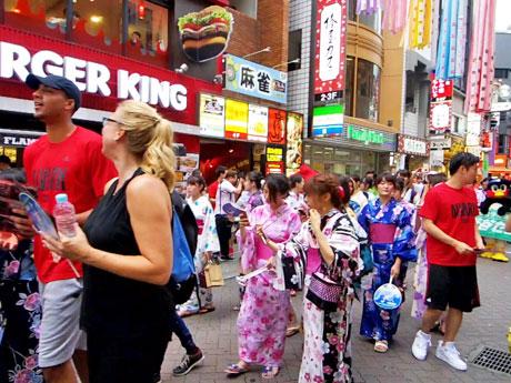 浴衣姿の昭和女子大生や「アルバルク東京」の選手らがバスケ通りをパレードした