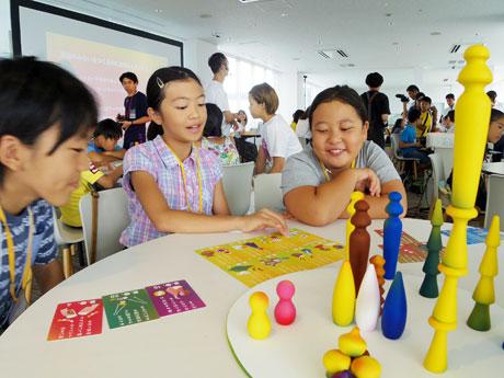 カードゲームを楽しむ児童たち