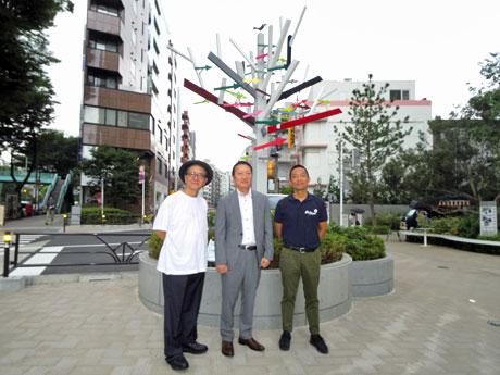 矢印サインの前に立つ(左から)「シブヤ・アロー・プロジェクト」ディレクターの桑原茂一さん、大西賢治実行委員長、長谷部健渋谷区長