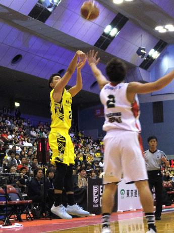 3Pシュート5本を決めるなどしてMVPに選ばれた長谷川智也選手(左)