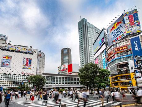 渋谷駅周辺で開催を知らせる屋外広告を展開していた