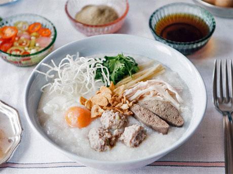 米を「形が無くなるまで」煮込み鶏のスープと合わせる粥「ジョーク」(中央)を中心に提供する