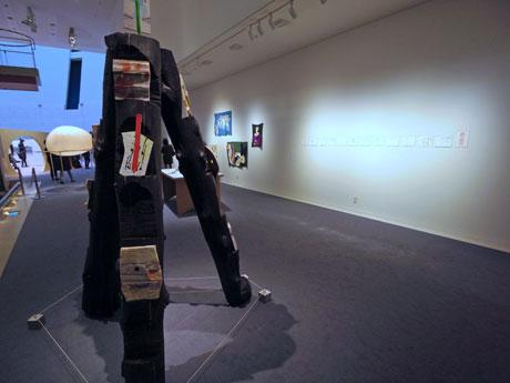 アウトサイダー・アートと現代アートを垣根なく紹介する