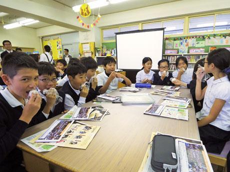 育てた米と同じ品種「ひとめぼれ」のおにぎりを食べた児童たち