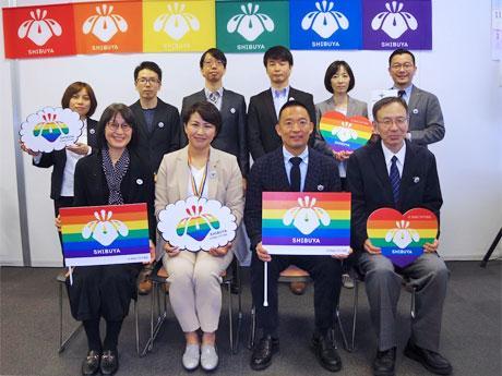 「渋谷区パートナーシップ証明」交付開始2年を報告した長谷部健渋谷区長(前列中央右)ら