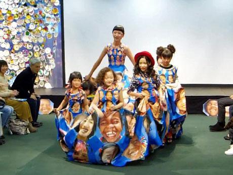 最大で8人が同時に着られる「笑顔」のドレス