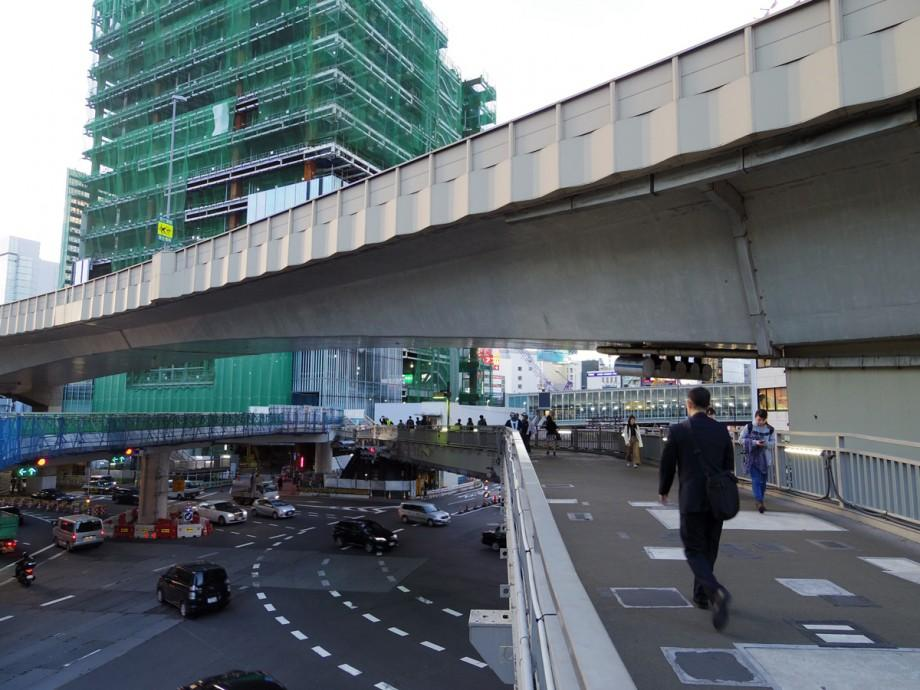 11月10日0時で閉鎖される渋谷東口歩道橋の対角線部分(右側)。奥は建設工事が進む渋谷駅街区東棟