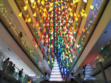 鷹さ7メートルのメインツリーと約1500本のツリーで装飾する吹き抜け大階段