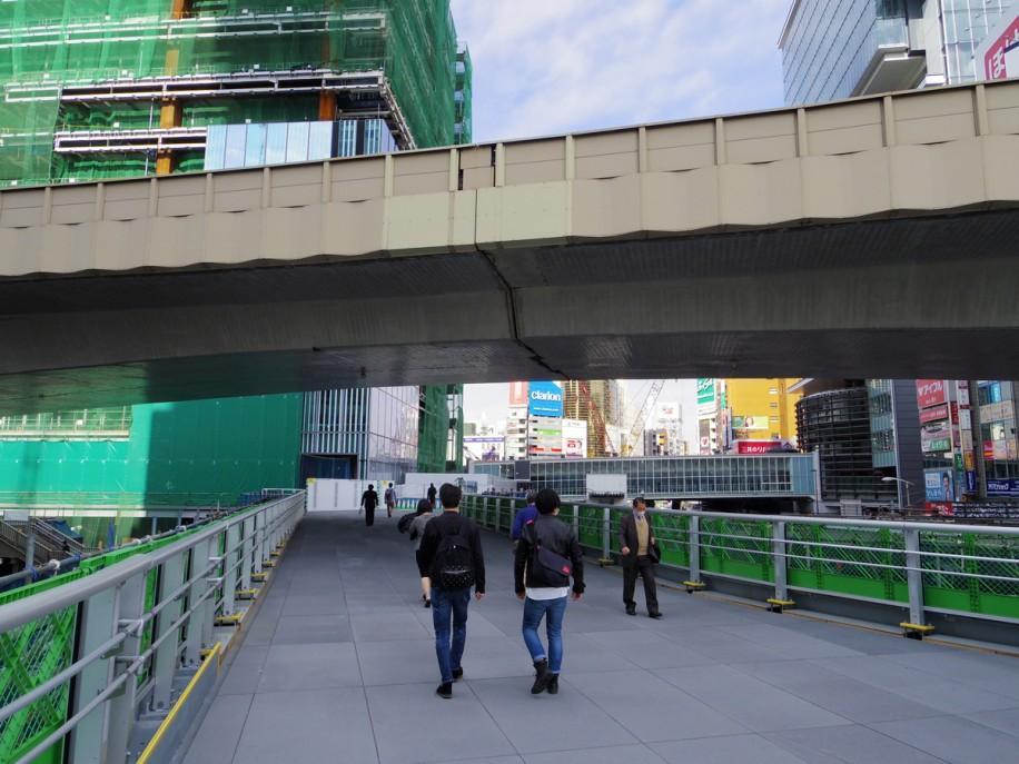 10日未明に供用が始まった渋谷駅東口歩道橋の新規架設部分(左手奥は工事が進む渋谷駅街区東棟)