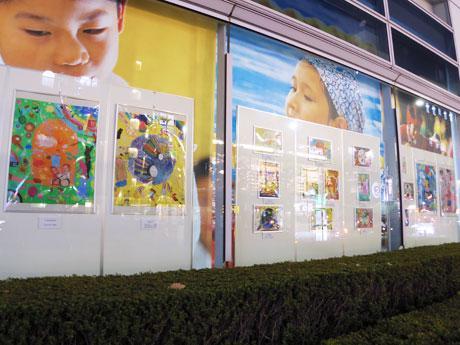 セコム本社のショーウインドーに展示している絵画