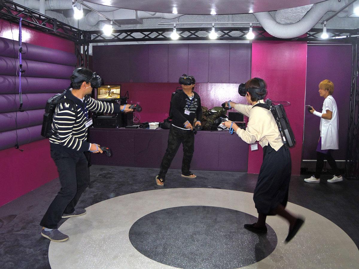 バックパックPCを背負って複数人が動き回りながらプレーするVRゲームを用意する(写真はプレーイメージ)