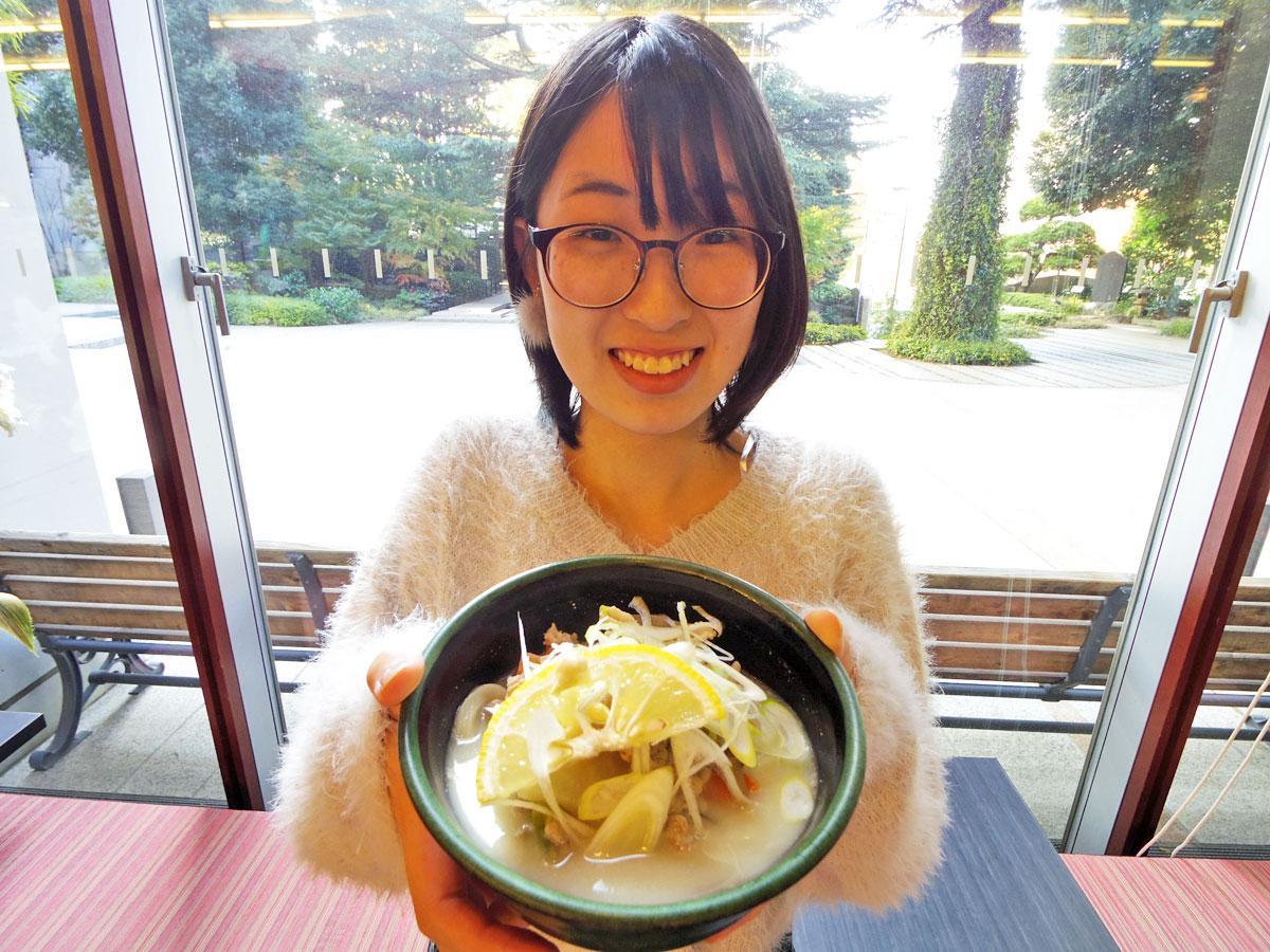 「食べ応えがあり温まる」と考案したうどんをアピールする国学院大の石原礼菜さん