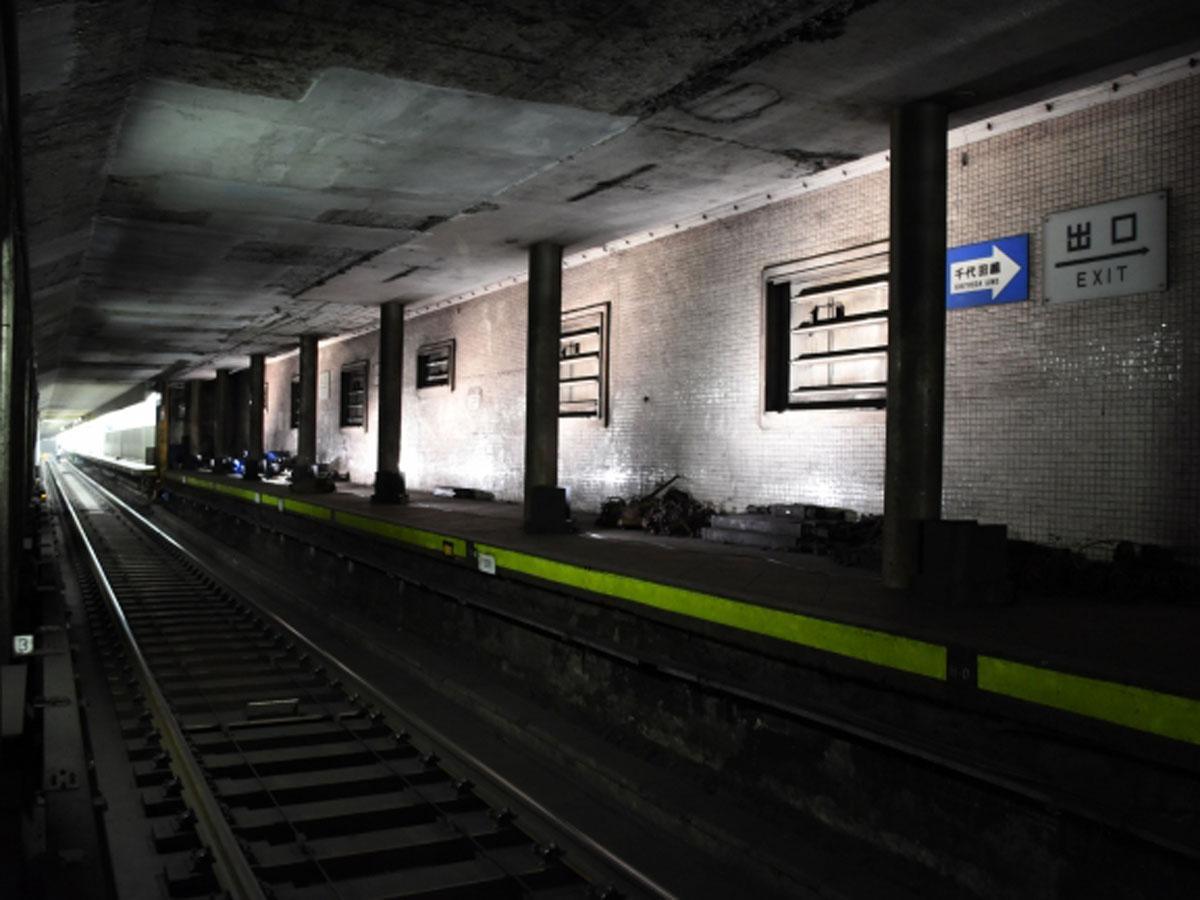 約30メートルにわたりライトアップしている旧表参道駅ホーム