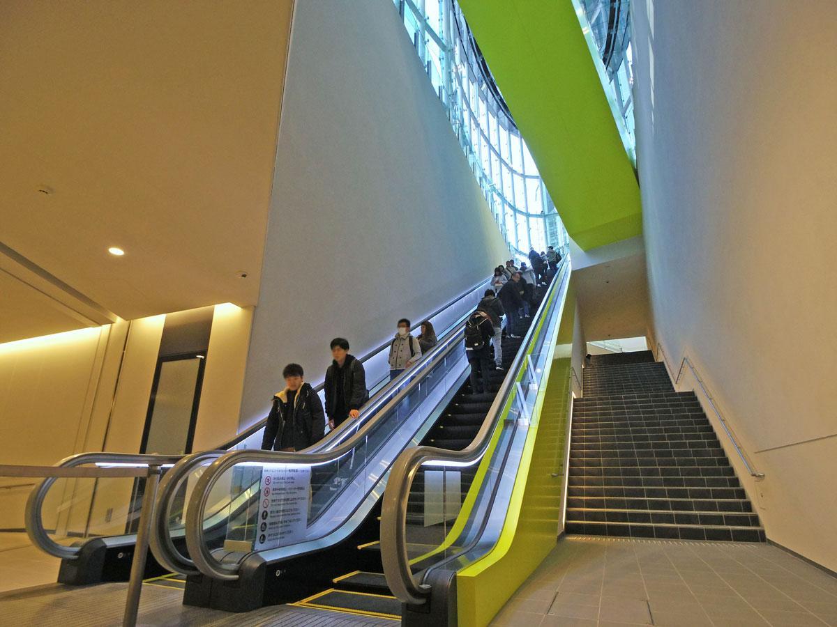 地下2階~地上1階をエスカレーターなどでつなぐ「アーバン・コア」内