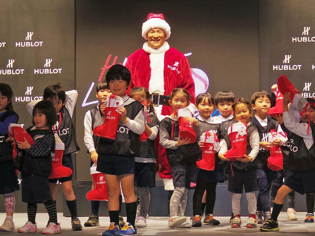 サンタクロース姿で子どもたちにプレゼントを渡した田中将大選手(中央奥)