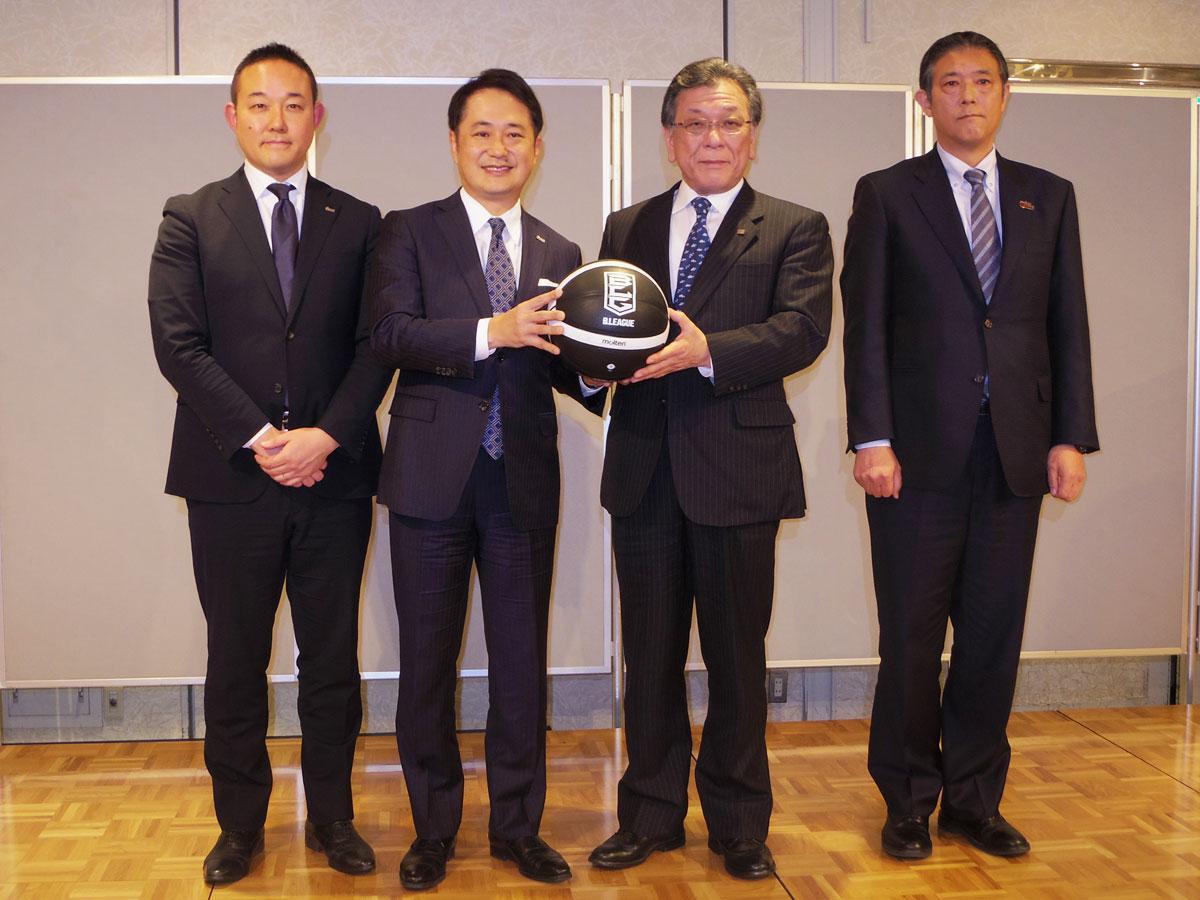 元沢伸夫DeNAバスケットボール社長(左端)、岡村信悟ディー・エヌ・エー執行役員スポーツ事業本部長(左から2人目)、豊原正恭東芝執行役上席常務(右から2人目)