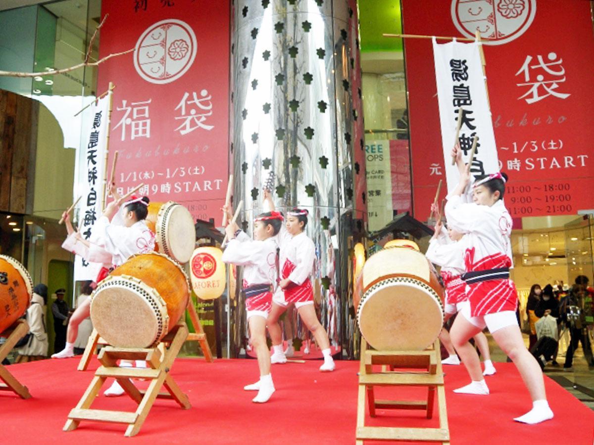 1月1日・2日には店頭で湯島天神白梅太鼓の演舞が披露される(写真は過去実施時の様子)