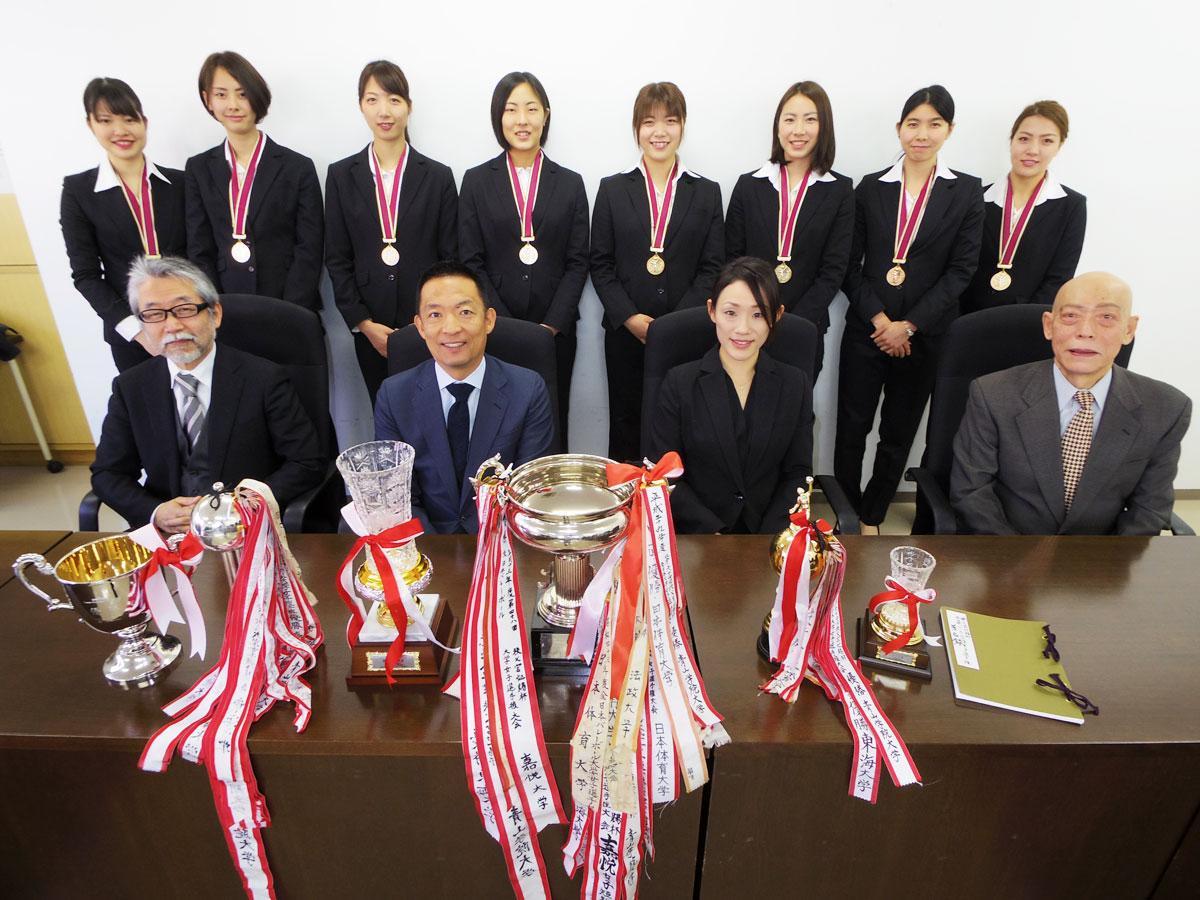青学大女子バレー部、長谷部健渋谷区長を表敬訪問 全日本インカレ優勝を報告