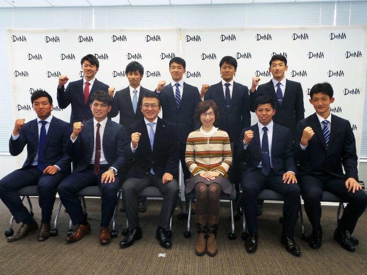 DeNA南場智子会長(前列中央右)と横浜DeNAベイスターズに入団した選手ら