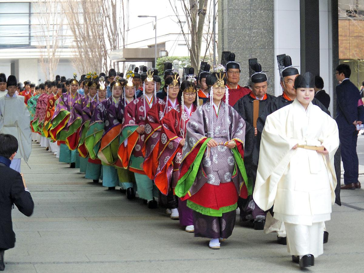 平安時代の装束姿で校内を歩く新成人の学生たち