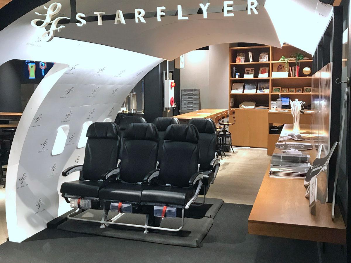 実際に機内で使っているシートを展示する一角