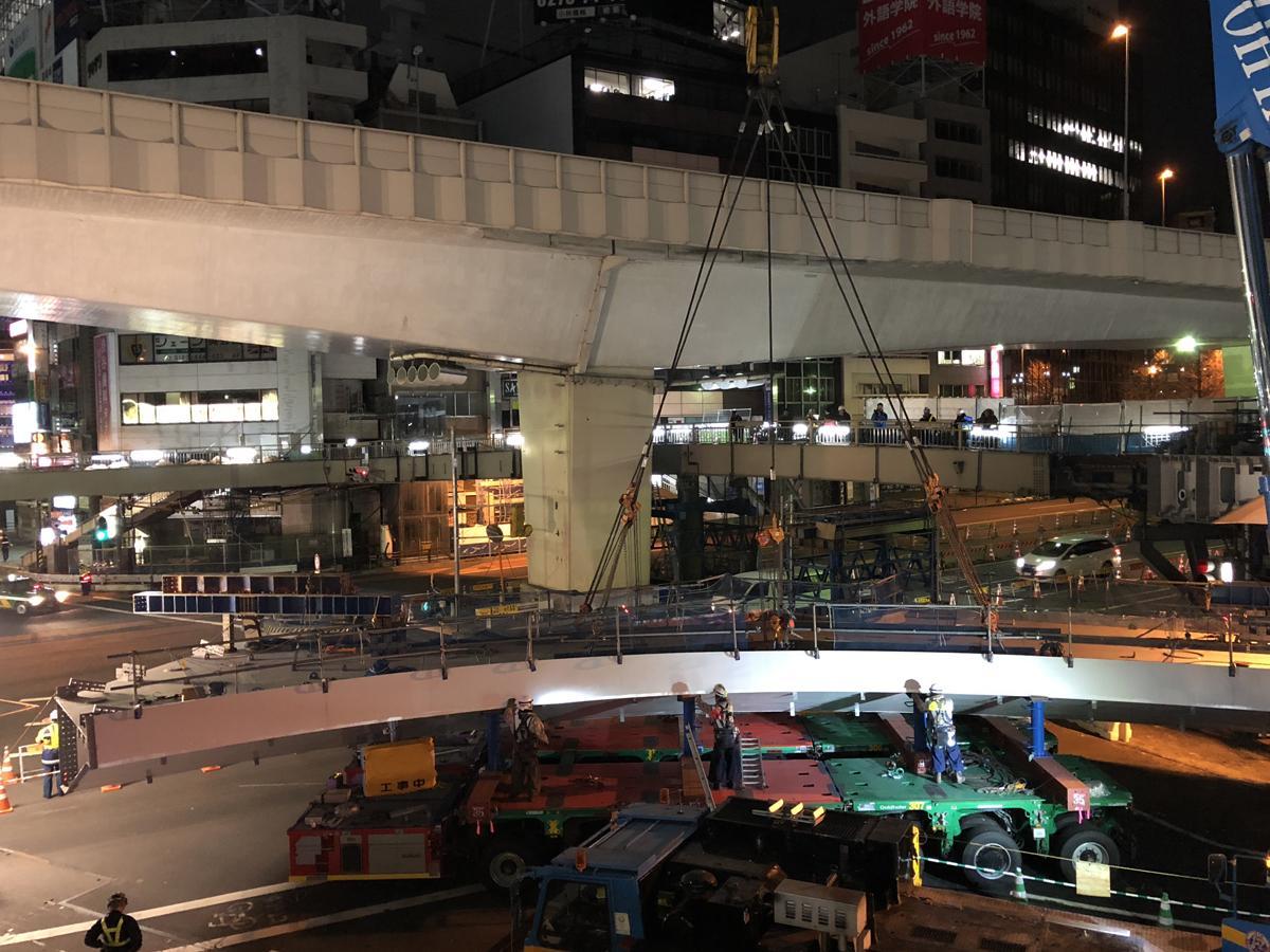 巨大な橋桁に5本のワイヤを取り付けて一気につり上げる
