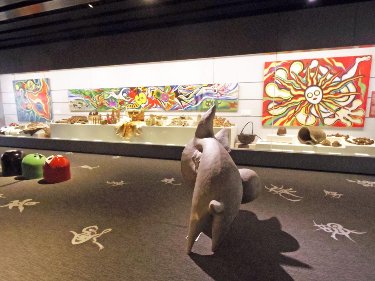 岡本太郎の作品を象徴的に飾る「豊饒(ほうじょう)の間」