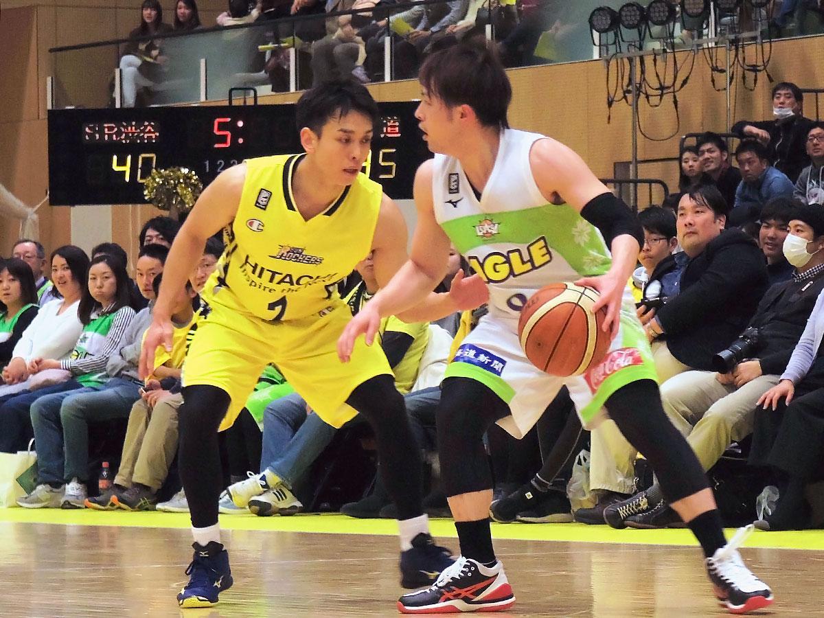 前線からプレッシャーをかけるディフェンスでチームを鼓舞した伊藤駿選手(写真左)