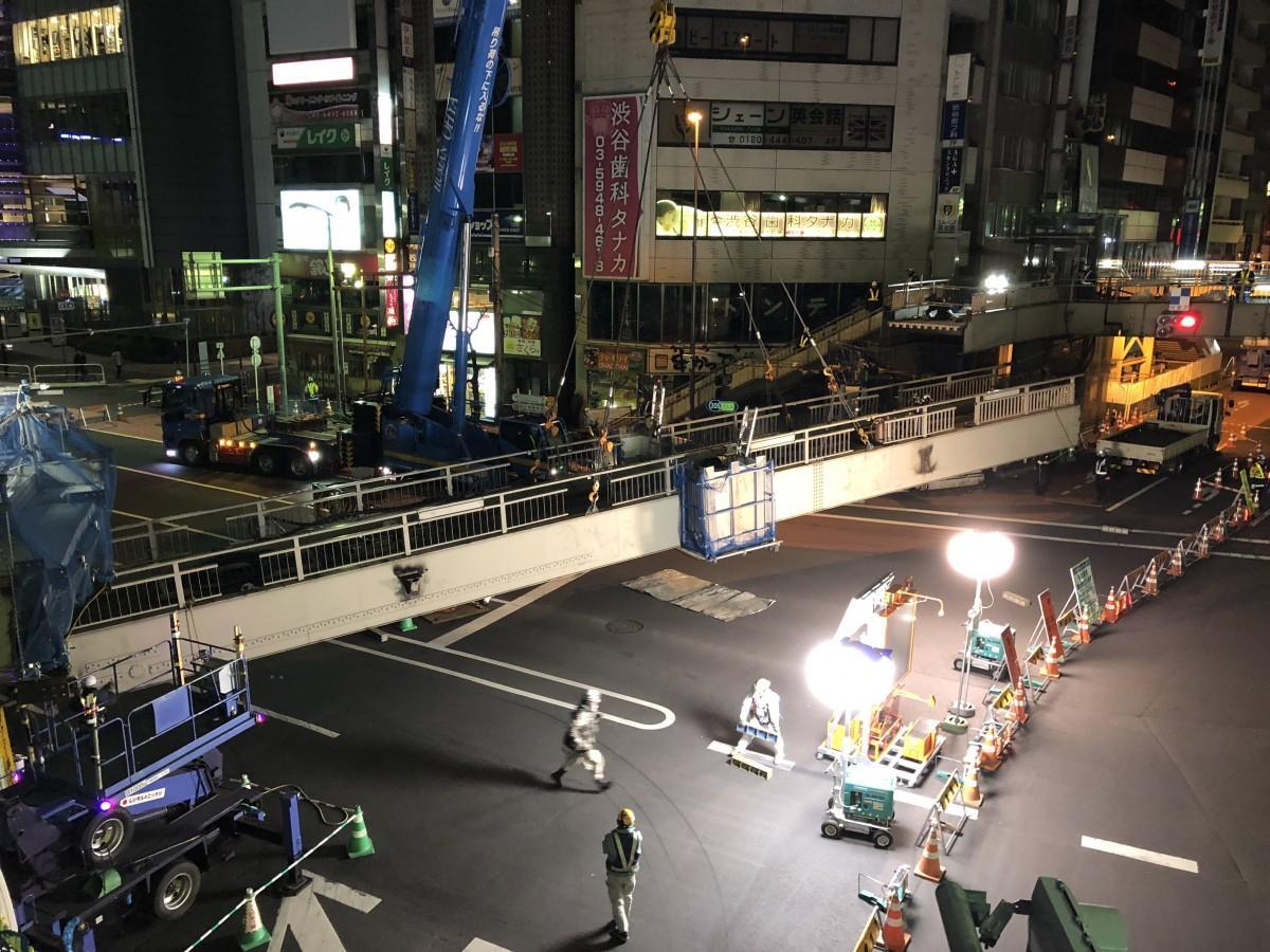 深夜の明治通りを封鎖 渋谷駅東口交差点の既設歩道橋を撤去