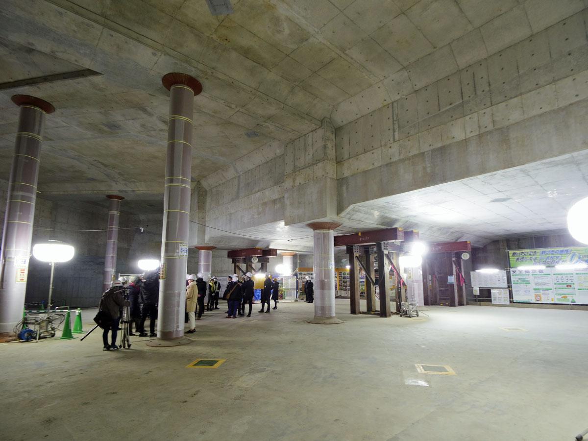 地下2階レベルの広場。右手の天井高が低くなっている部分に下水化した渋谷川が流れている