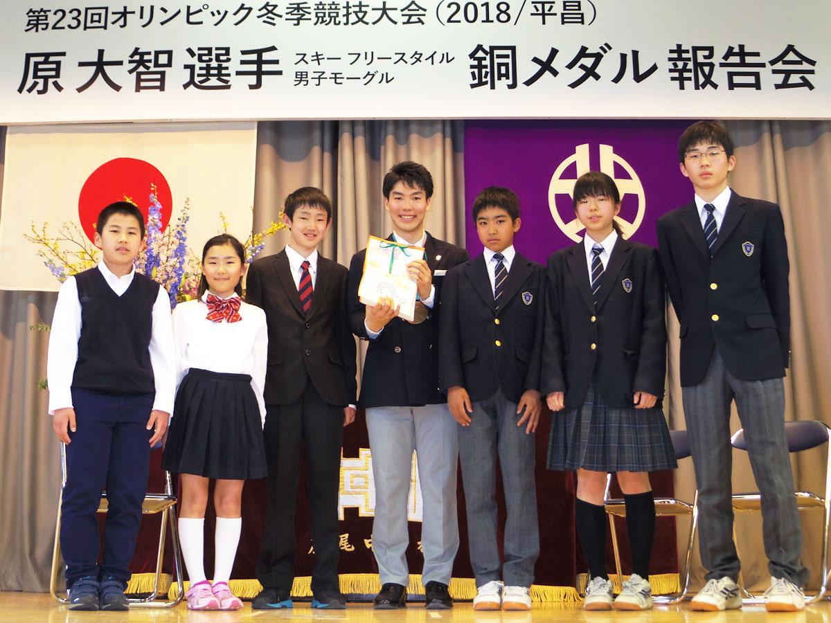 後輩である小中学生たちと交流した原大智選手(中央)