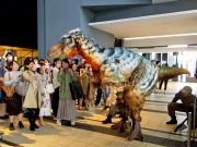 渋谷にヒカリエ「ユタラプトル」出現? 「恐竜の日」にゲリライベント