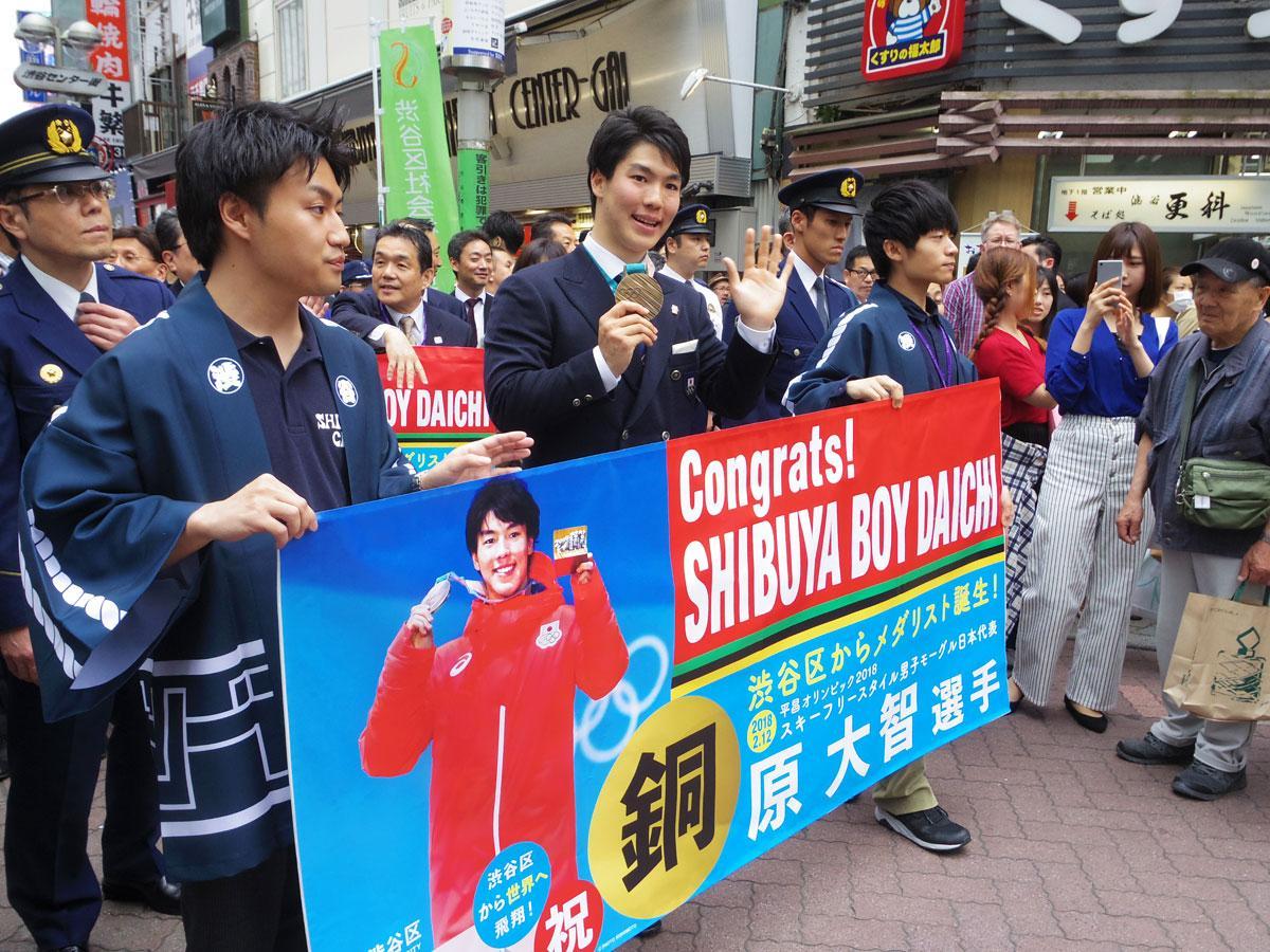 バスケ通りをパレードする原大智選手(手前左から2番目)