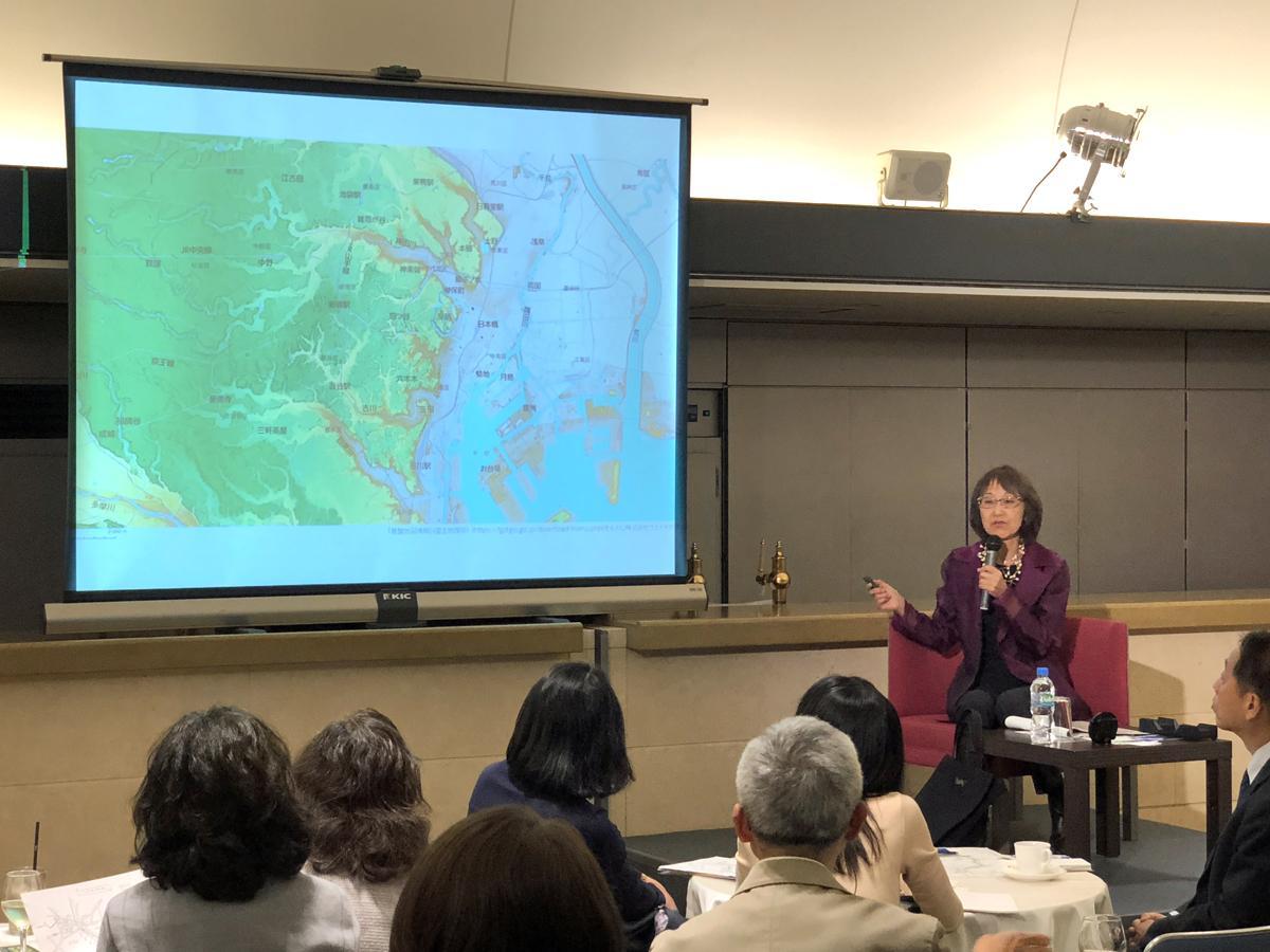 高低差が分かる標高地形図を使いながら文学作品を紹介する大竹昭子さん