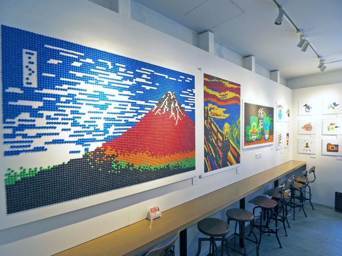 約7200粒を使った「赤富士」(葛飾北斎「富嶽三十六景 凱風快晴」)などの大作も並ぶ店内