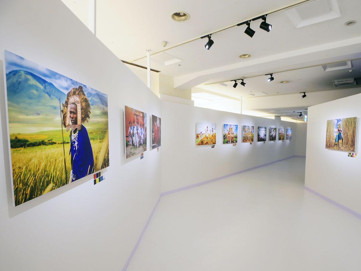 ヨシダさんが撮影した14の民族の写真にはそれぞれの民族を表すカラーチャートを添える