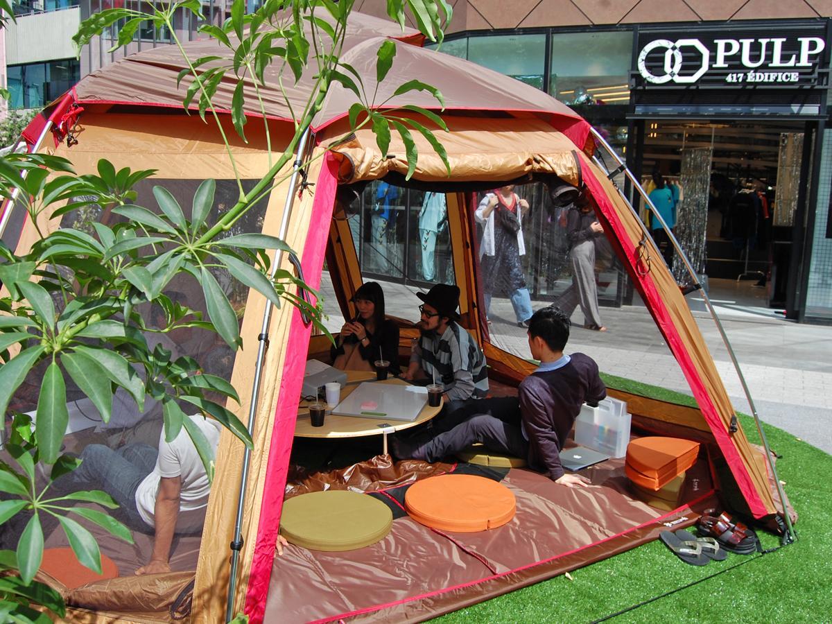 広場にキャンプ用テントを張り、アウトドアオフィスを設置。